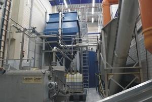 Leiblein-Filteranlage bei Lechner mit Lamellenklärer (oben, links), Feststoffabscheider (rechts)  und Vakuumbandfilter mit Filterkuchen (unten, links) (Foto: Leiblein)