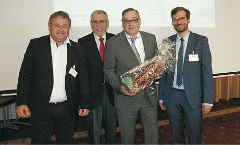 Erntete Lob von (v. l.) Eric Rehbock, Klaus Löwer und Martin Wittmann: Michael Sigloch (2. v. r.), der das Amt des ersten Vorsitzenden des Fachverbandes Textilrecycling über 15 Jahre lang ausübte (Foto: bvse)