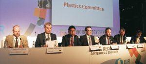 Surendra Patawari Borad (3. v. l.) zeigte sich unglücklich über die Entscheidung der indischen Regierung, ein Einfuhrverbot für Altkunststoffe zu verhängen (Foto: B. Weber)