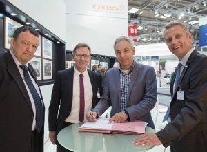 Ralf Thiesen, Michael Mross (Currenta), Dr. Ing. Reiner Weyhe (Accurec) und Dr. Hans Richter (Currenta) bei der Unterzeichnung des Vertrages zur thermischen Behandlung von Lithiumionenbatterien auf der IFAT (Foto: Currenta)