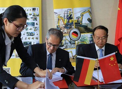 Cem Peksaglam (CEO Wacker Neuson SE) und Yongbiao Qian (stellvertretender Bürgermeister der Stadt Pinghu) bei der Vertragsunterzeichnung (von links) - Foto: Wacker Neuson Vertrieb Europa