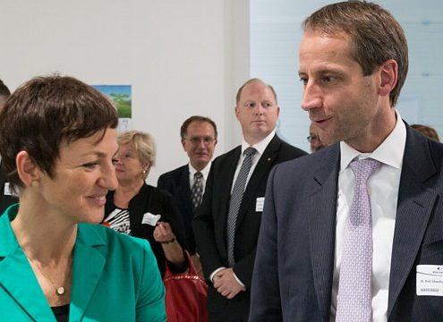 Ministerin Prof. Dr. Maja Makovec Brenčič und Alba Group-Vorstandsvorsitzender Dr. Axel Schweitzer beim Rundgang durch das Kompetenzzentrum (Foto: Alba Group)