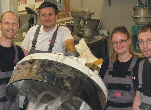 Joachim Juhart und sein Team am Mischer am Institut für Materialprüfung und Baustofftechnologie (Foto: IMBT – TU Graz)