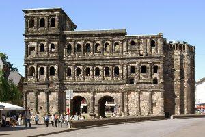 Mehrfachnutzung: Im Mittelalter wurde die Porta Nigra zur Simeonskirche umgebaut (Foto: wikimedia / Berthold Werner)