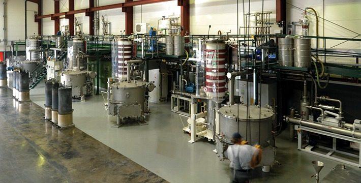 Halle mit Vakuumöfen (Foto: ACCUREC Recycling GmbH)