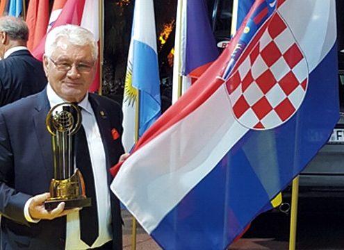 """Vergabe des Oskars an den Präsidenten der Firma Tehnix, Herr Đuro Horvat. Er wurde nominiert als   """"EY – Entrepreneur Of The Year"""" während der Veranstaltung in Monaco / Monte Carlo 7.-12. Juni 2016 (Foto: TEHNIX)"""