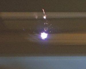 Bei der Laserspektroskopie wird ein hochenergetischer Laserpuls auf die Probe eingestrahlt (Foto: Steinert)