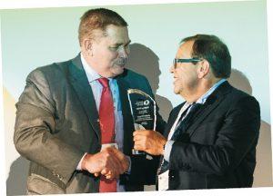 """Heiman Bollegraaf (rechts) erhielt den """"Papyrus Award"""" aus den Händen von Fachspartenpräsident Reinhold Schmidt (Foto: BIR)"""
